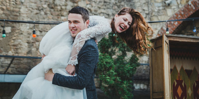 Lifting the Bride on Groom Shoulder Poses