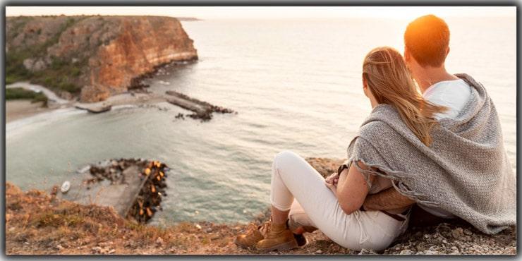 Enjoy a Scenery Leaning on Your Partner's Shoulder